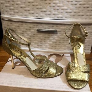 Excellent condition Michael Kors gold heel